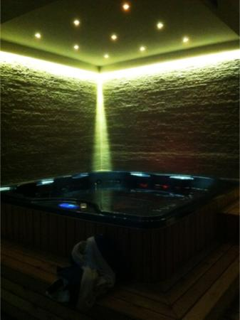 Etna GloB&B: piscina idromassaggio a luci spente