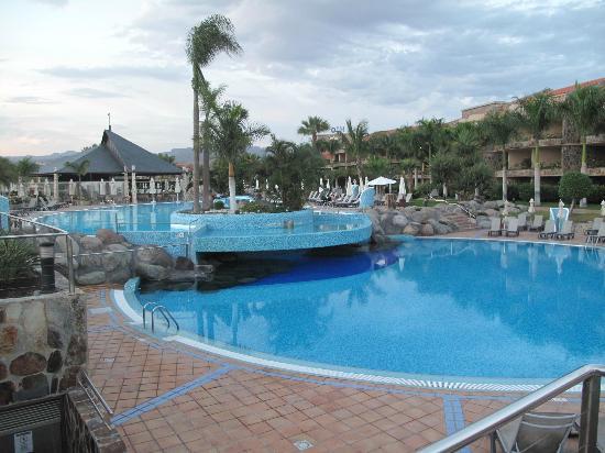 H10 Playa Meloneras Palace: Piscine avec restaurant