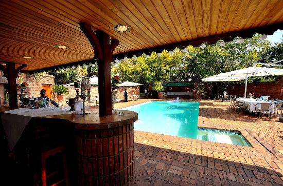House of Pharaohs Boutique Guesthouse & Conference Centre: Enclosed pool area with pool bar