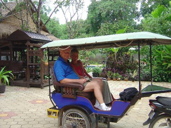 Mayfair Angkor Villa: Tuk-tuk trip with hotel garden in background