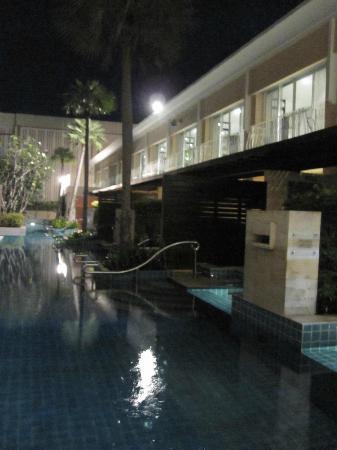 Millennium Resort Patong Phuket: pool to the room
