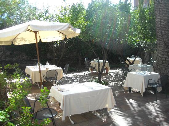 סן ג'ובאני לה פונטה, איטליה: Il giardino antistante la casa antica