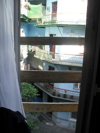 Hostel Euro Room: Porta finestra che da su un balcone INESISTENTE