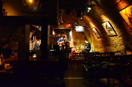 Piec Art Acoustic Jazz Club: excellent bar and ambiance. Sorry Mr. Pianist, I could only fit you through the little hole.