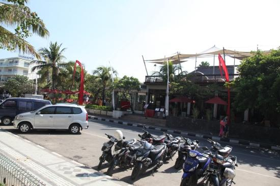 Kuta Seaview Boutique Resort & Spa: view from other side of the road looking at hotel