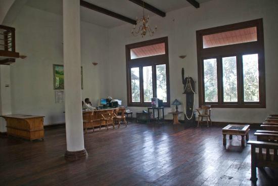 Oak Fields: Lobby and front desk
