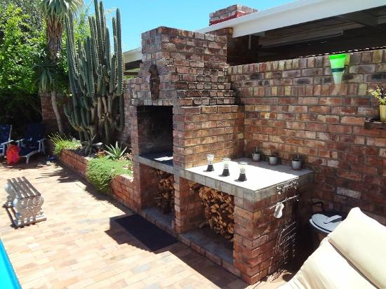 Earthbound B&B: BRAAI NEXT TO POOL