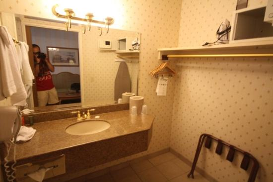 The Orleans Hotel & Casino: bathroom