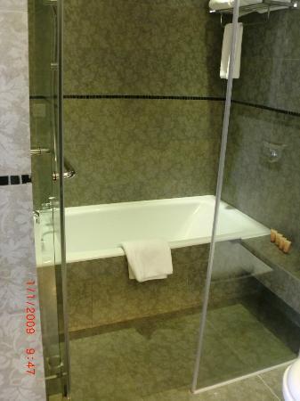 Citadines Mercer Hong Kong: Big and clean bathroom