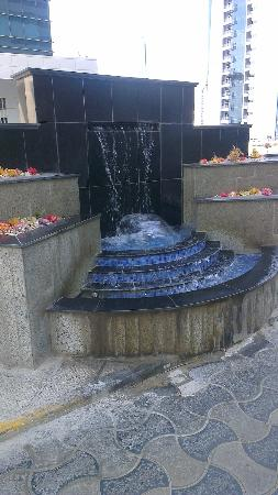 Ezdan Hotel: fountain - nice flowers - due to be ironed though