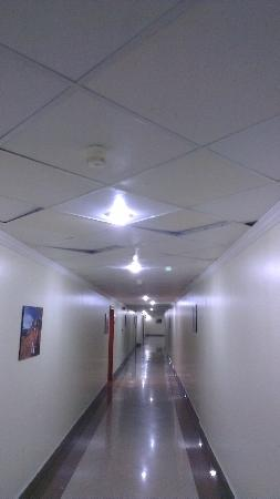 Ezdan Hotel: dingy corridor - check out the ceilings