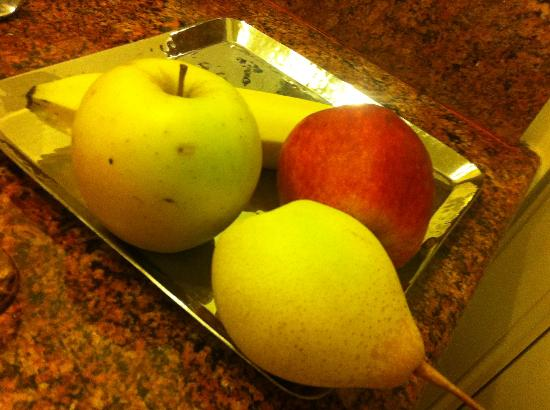 Atlantis, The Palm: Complimentary 'fresh' fruit in the room. Not edible.