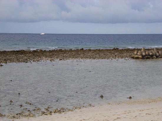 Kuredu Island Resort & Spa: Strand vor unserer Strandvilla bei Ebbe