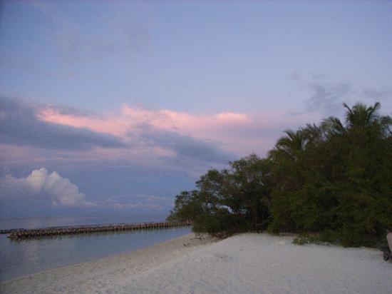 Kuredu Island Resort & Spa: Strand vor unserer Strandvilla