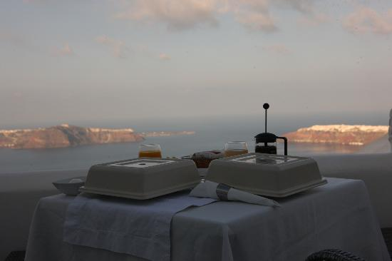 Above Blue Suites: Breakfast view