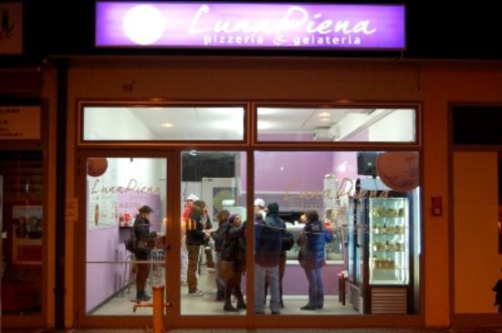 La vetrina di LunaPiena - Foto di Pizzeria d\'asporto LunaPiena ...