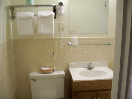 Travelers Inn: again clean bathroom