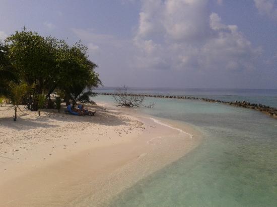 Kuredu Island Resort & Spa: Strand vor den oberen O Strandvillen