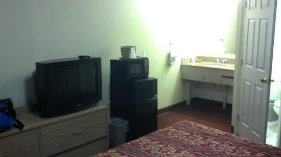 Flagship Inn And Suites: good size, with fridge and microwave, just filthy