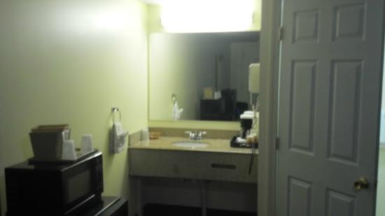 Flagship Inn And Suites: Sink area wasn't too dirty