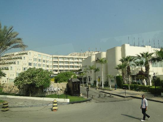 Le Meridien Pyramids Hotel & Spa: View of hotel outside