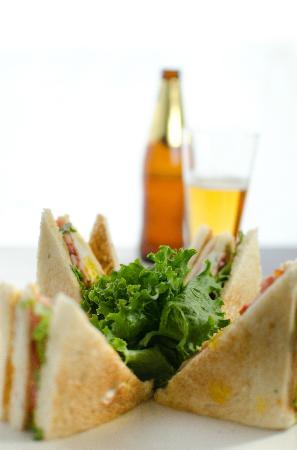 Fusiones Restaurant: Club Sandwich: jamón, queso, lechuga, tomate, y huevo, en pan molde