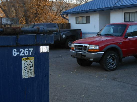 Durango Travelodge: Only 8-10 rooms occupied and they put everybody next to the dumpster!