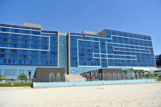 Fairmont Bab Al Bahr: Facaden mod stranden