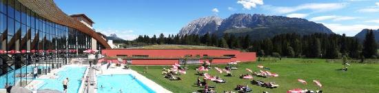 Bad Mitterndorf, Αυστρία: Blick über die Thermen-Außenbecken, die Liegewiese und zum Grimming.