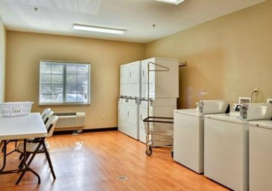 Suburban Extended Stay Hotel: Laundy Area