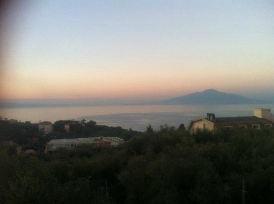 Casale Antonietta: Tramonto dalla camera con il Vesuvio davanti