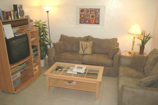 Bahama Beach Club Apartments: Livingroom
