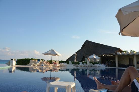 Azur and the pool bar picture of live aqua beach resort cancun cancun tripadvisor for How many rooms at live aqua cancun