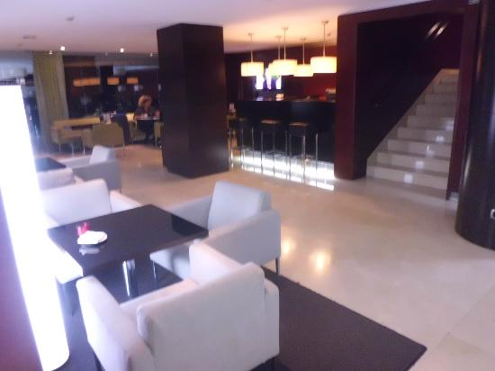 Hotel Zenit Borrell: Hall-Bar- Restaurante al fondo
