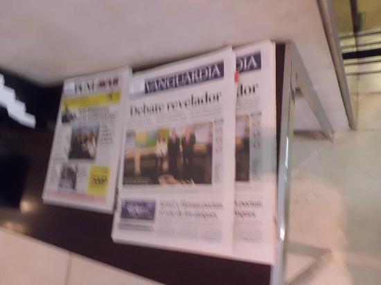 Hotel Zenit Borrell: Periódicos en el lobby