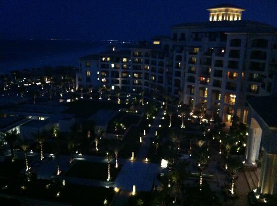 The St. Regis Saadiyat Island Resort: St. Regis Saadiyat Island bei Nacht / Blick Balkon Ocean Suite