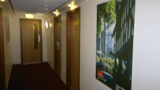 Days Inn Telford Ironbridge M54: Clean corridor to the ground floor room