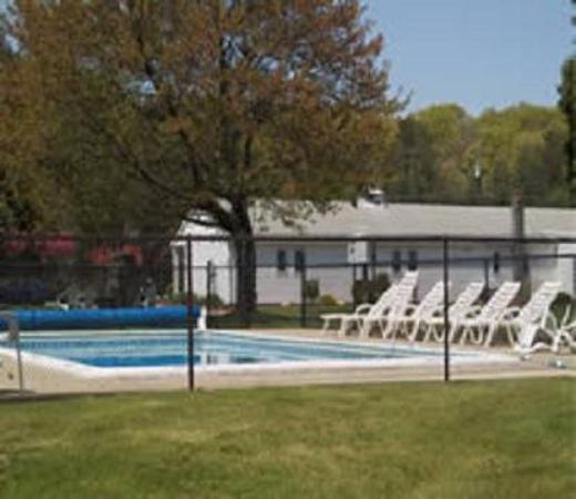 Quaker Inn Conference Center: Pool