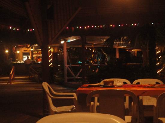 Friendship Beach Resort & Atmanjai Wellness Centre: zona de pileta-comedor