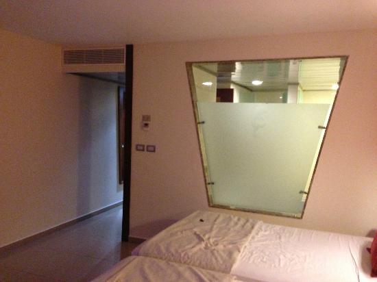 Grand Sirenis Riviera Maya Resort & Spa : Dividing wall between Bedroom & Bathroom