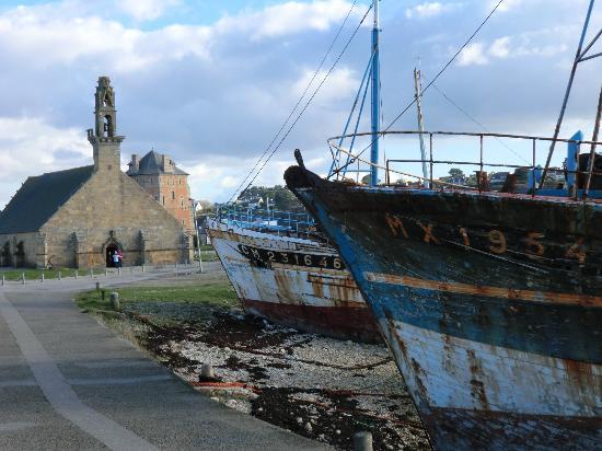 Eglise de rocamadour et cimeti re de bateaux photo de - Office du tourisme de camaret sur mer ...