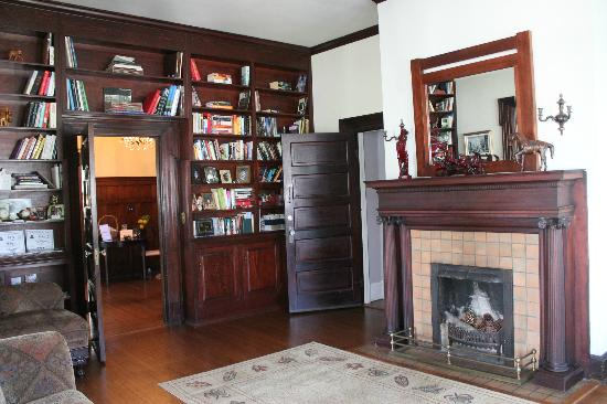 Simply Divine Bed and Breakfast: Built in Book shelves, with DVD's to watch