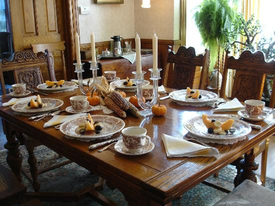 River Hill Bed and Breakfast: Table set for Breakfast