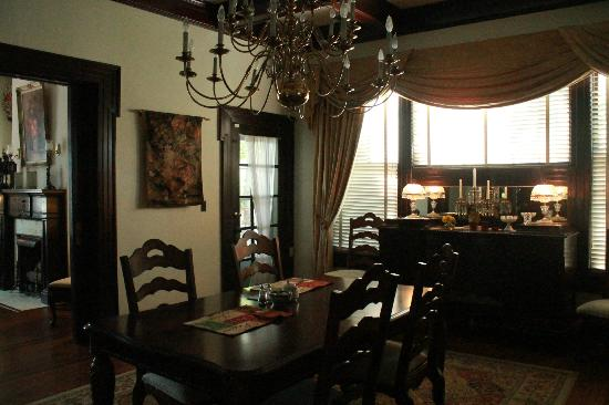Simply Divine Bed and Breakfast: Beautiful dining room