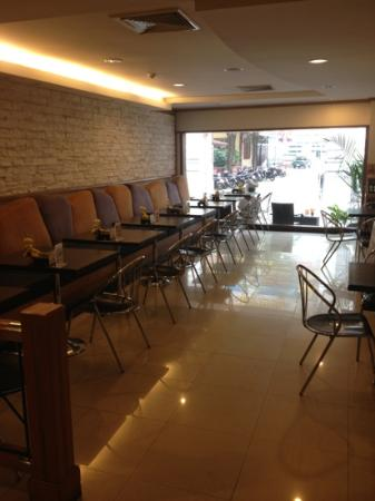 Bossotel Bangkok : hotel restaurant(east side)