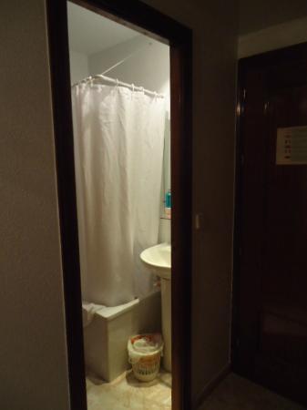Hostal Residencia Casanova: baño pequeño pero muy limpio