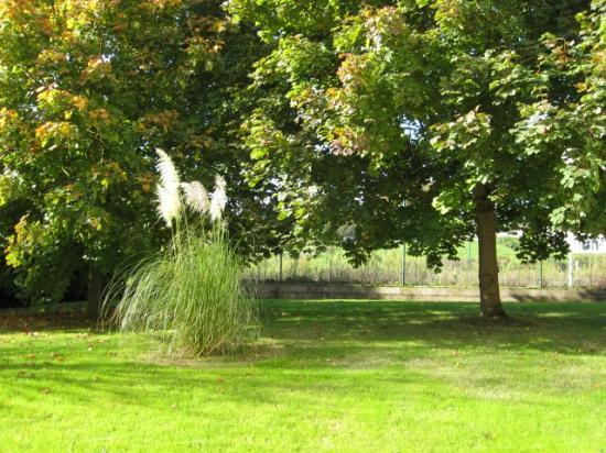 Ibis Budget Caen Herouville : Côté jardin