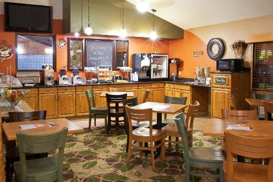 AmericInn Lodge and Suites Cedar Falls: Breakfast area