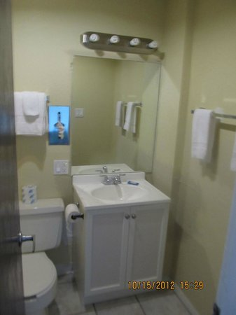 Travelers Lodge: Newly Remodeled Bathrooms