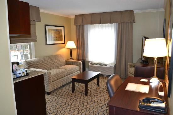 Holiday Inn Express Hotel And Suites Merrimack: Double Queen Suite living room area